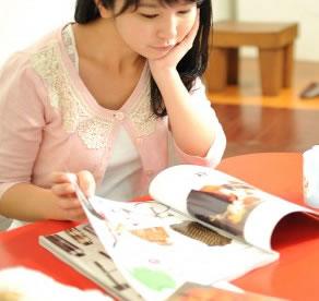 雑誌を読んでいる姿